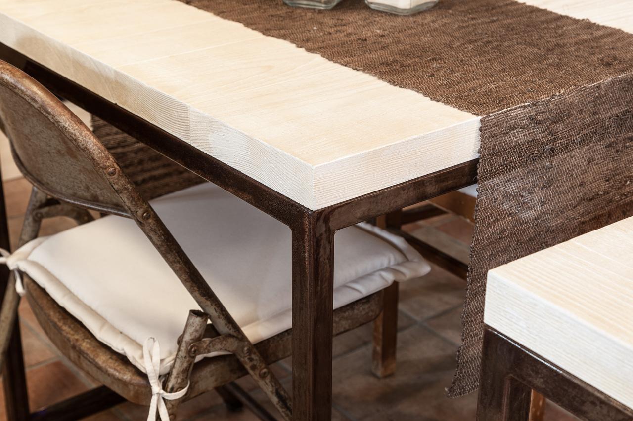Tavolo e sedia con effetto ruggine per arredamento negozio