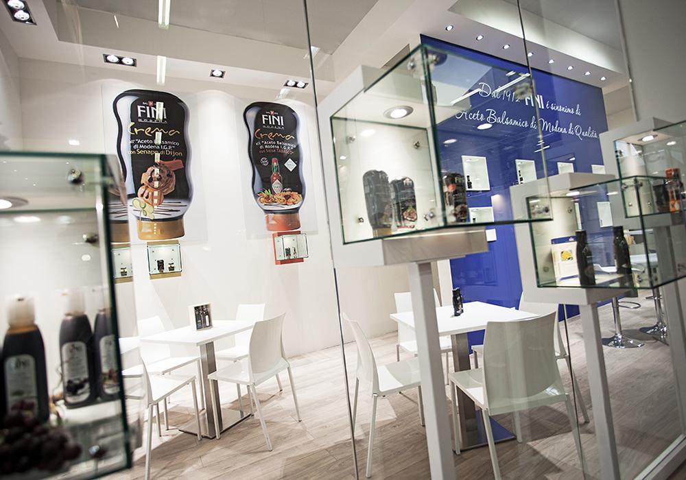 Vetrinette con prodotti in esposizione allo stand Acetaia Fini al salone Cibus 2014 alle fiere di Parma