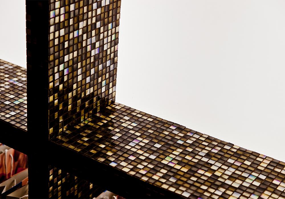 Particolare di parete con mosaico in tasselli ceramici nello stand Impex alla fiera Cersaie di Bologna