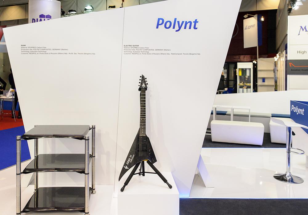 Chitarra decorativa nello stand Polynt alla fiera JEC di Parigi