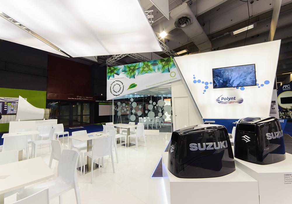 Tavoli e sedie nello stand Polynt alla fiera JEC di Parigi