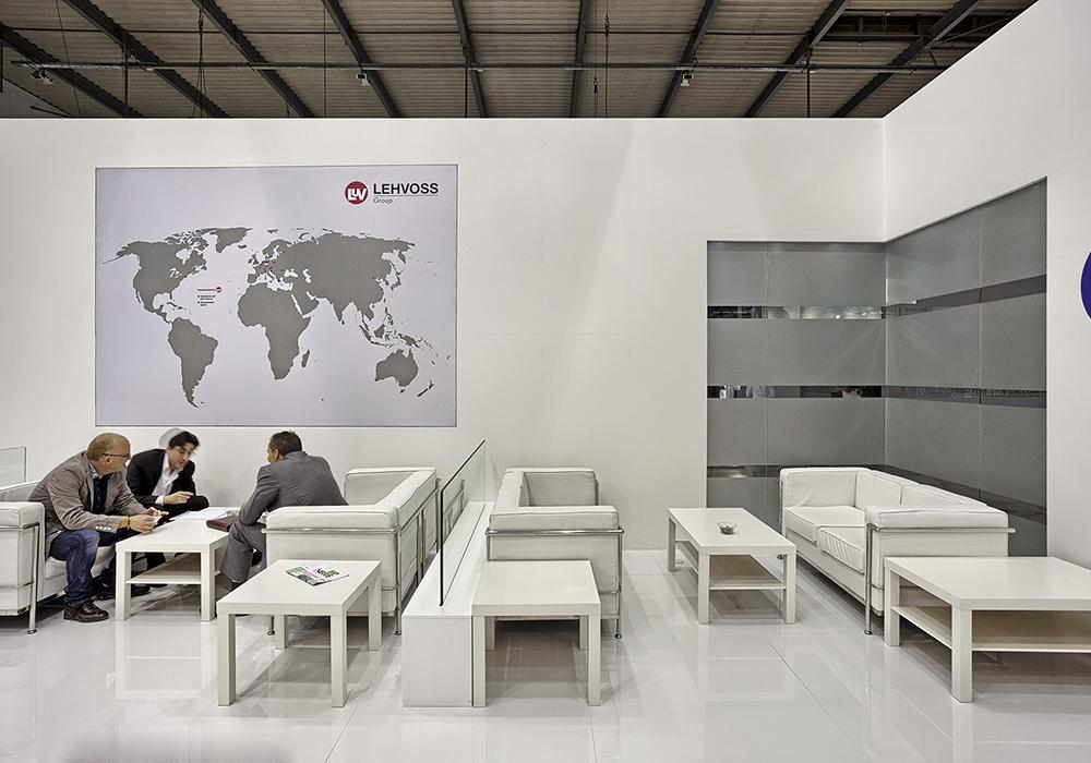 Area accoglienza con divani e tavolini allo stand Lehvoss del Plast 2015 tenutosi alla fiera di Milano