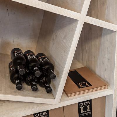 Particolare dell'arredamento dell'esercizio commerciale di vendita vino Quota101 a Torreglia in provincia di Padova