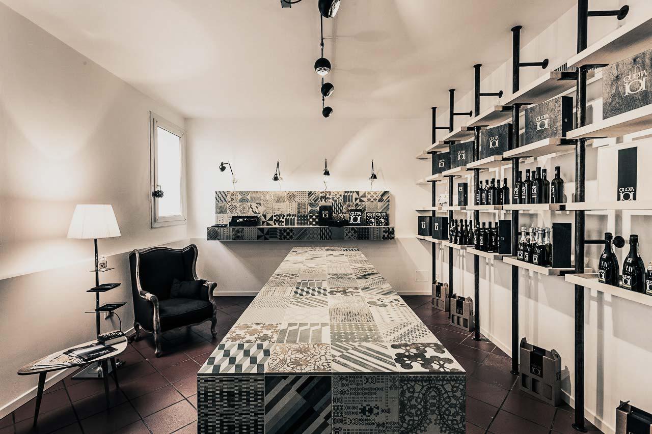 Arredamento interno di un negozio di vendita vino
