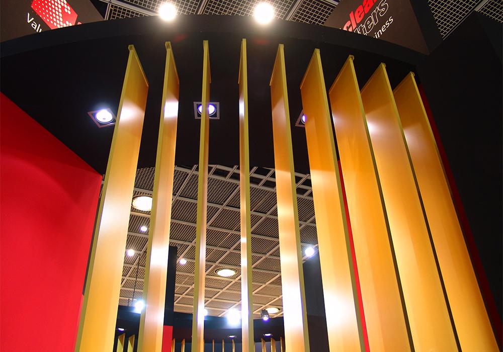 Illuminazione a soffitto e parete decorativa nello stand Delgrosso alla fiera Automechanika 2014 di Francoforte