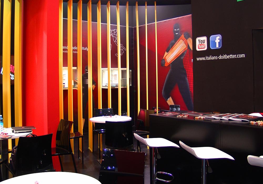 Parete con stampa decorativa nello stand Delgrosso alla fiera Automechanika 2014 di Francoforte