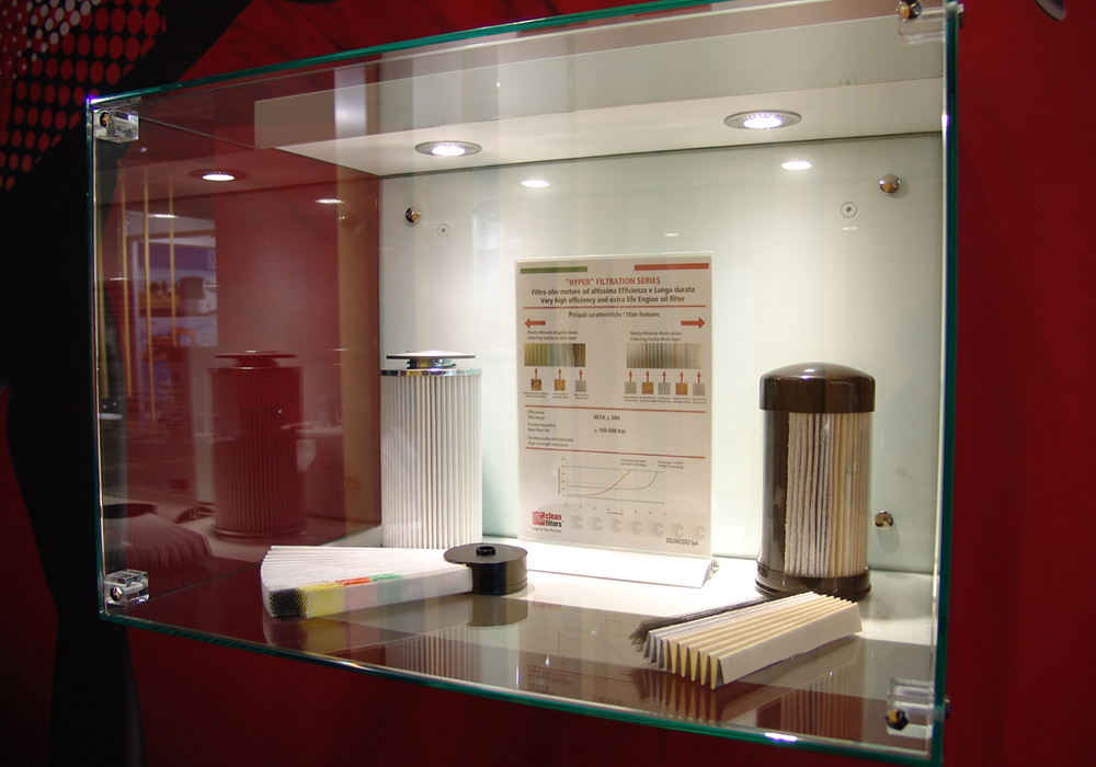 Vetrina con prodotti in esposizione nello stand Delgrosso alla fiera Automechanika 2014 di Francoforte