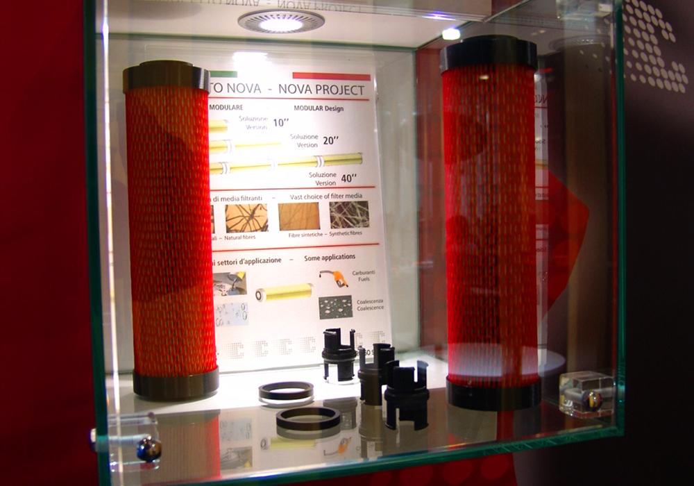 Vetrinetta con prodotti in esposizione nello stand Delgrosso alla fiera Automechanika 2014 di Francoforte