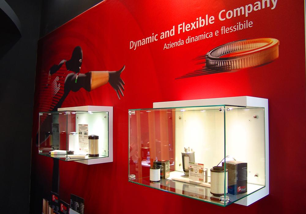 Vetrinette a parete con prodotti in esposizione nello stand Delgrosso alla fiera Automechanika 2014 di Francoforte