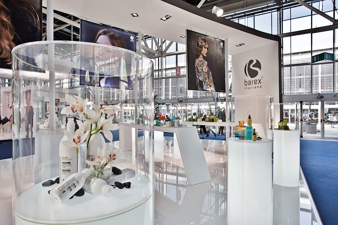 Espositori in vetro a base quadrtata e tonda nello stand Barex al salone Cosmoprof 2015 alla fiera di Bologna