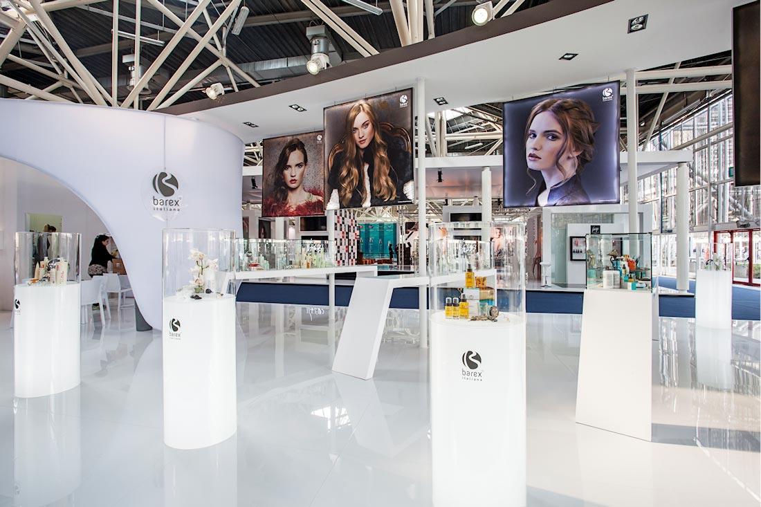 Teche con prodotti in esposizione nello stand Barex al salone Cosmoprof 2015 alla fiera di Bologna