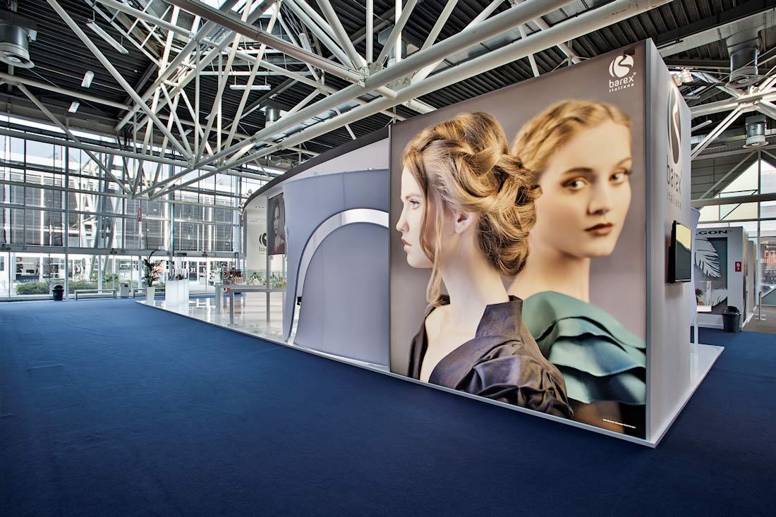 Tele decorative retroilluminate nella parte posteriore dello stand Barex al salone Cosmoprof 2015 alla fiera di Bologna