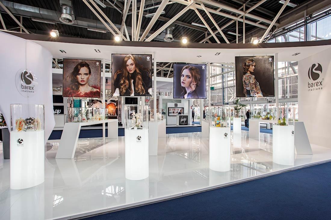 Stampe decorative con modelle nello stand Barex al salone Cosmoprof 2015 alla fiera di Bologna