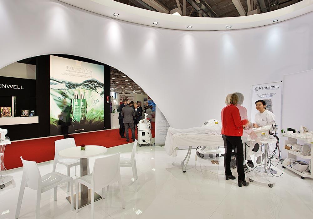 Parete esterna in tela dello stand Panestetic alla fiera Cosmoprof 2015 di Bologna