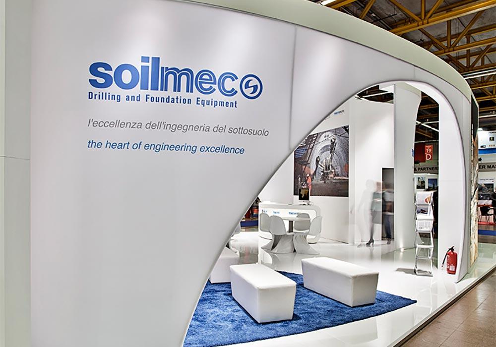 Logo aziendale stampato su parete retroilluminata allo stand Trevi Group al salone ExpoTunnel 2013 di Bologna