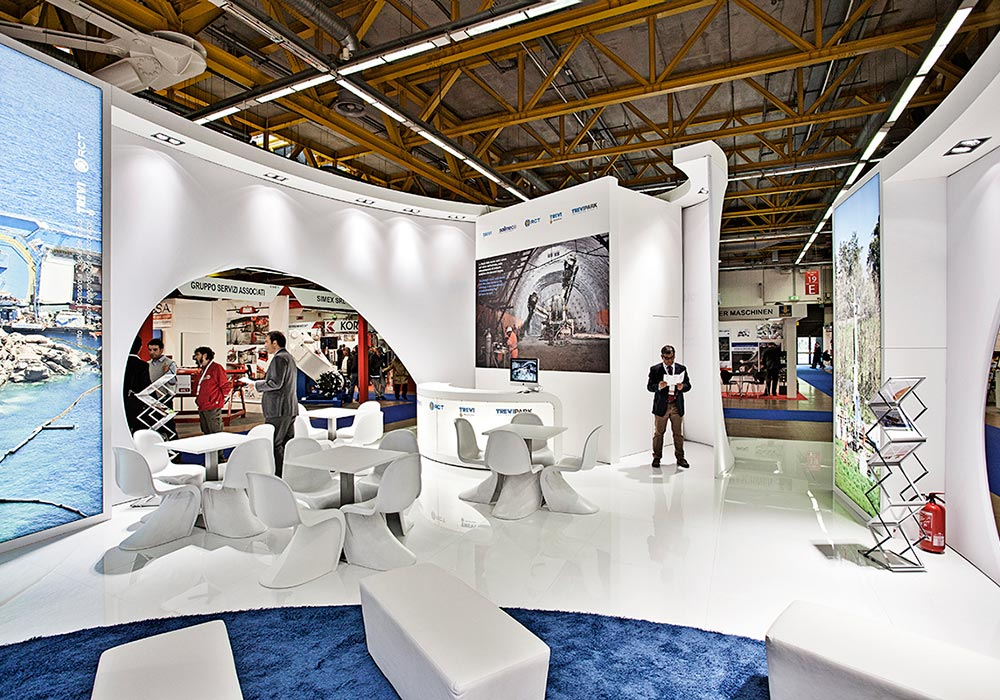 Tavolini e sedie all'interno dello stand Trevi Group al salone ExpoTunnel 2013 di Bologna