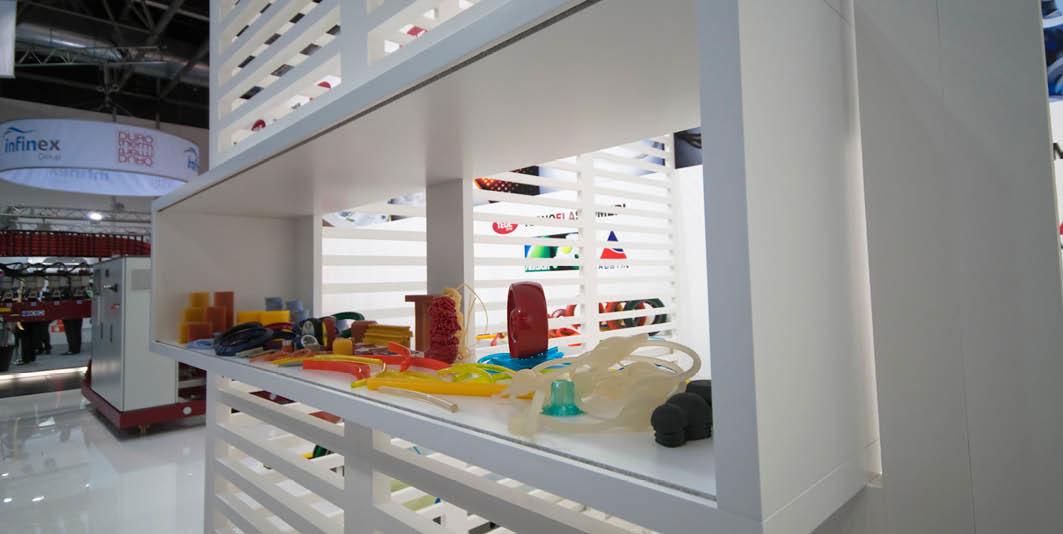 Mensola con prodotti in esposizione nello stand Tecnoelastomeri allestito per la fiera internazionale delle materie plastiche e della gomma K 2010 di Düsseldorf