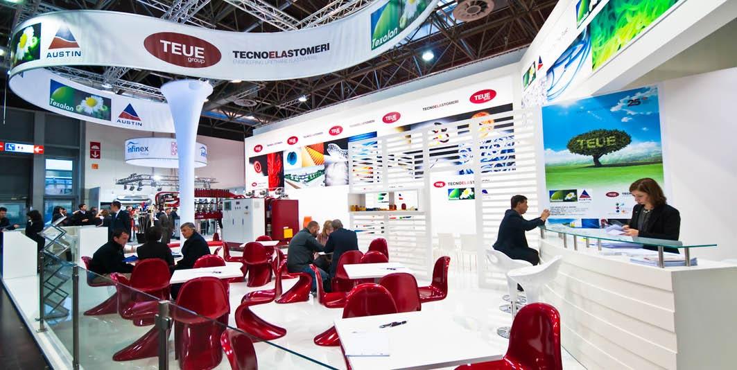 Postazioni con tavolini e sedie nello stand Tecnoelastomeri allestito per la fiera internazionale delle materie plastiche e della gomma K 2010 di Düsseldorf