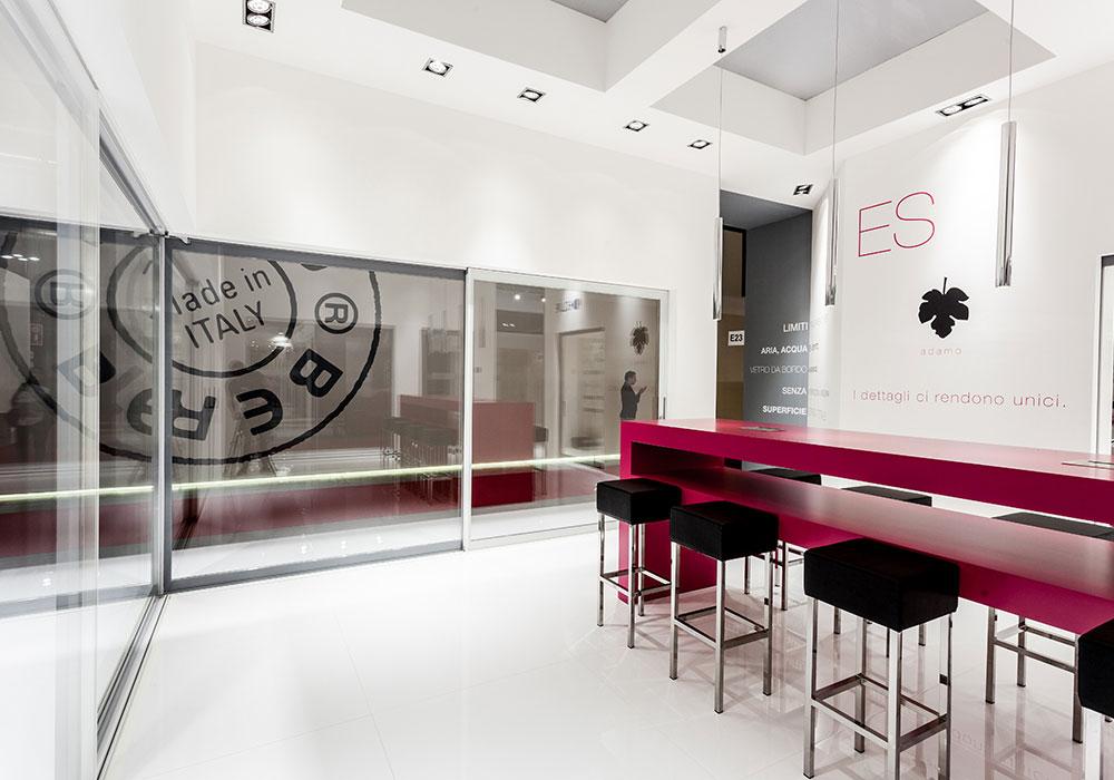 Illuminazione a soffitto con faretti nello stand Essenza alla fiera MADEexpo 2013 di Milano