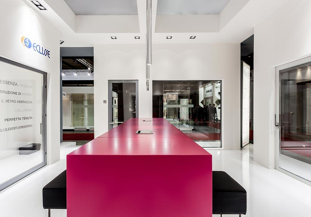 Tavolo nello stand Essenza al salone fieristico MADEexpo 2013 di Milano