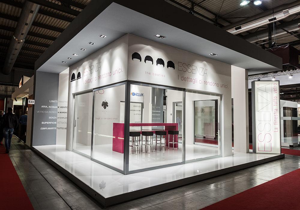 Pareti a vetri dello stand Essenza al salone fieristico MADEexpo 2013 di Milano