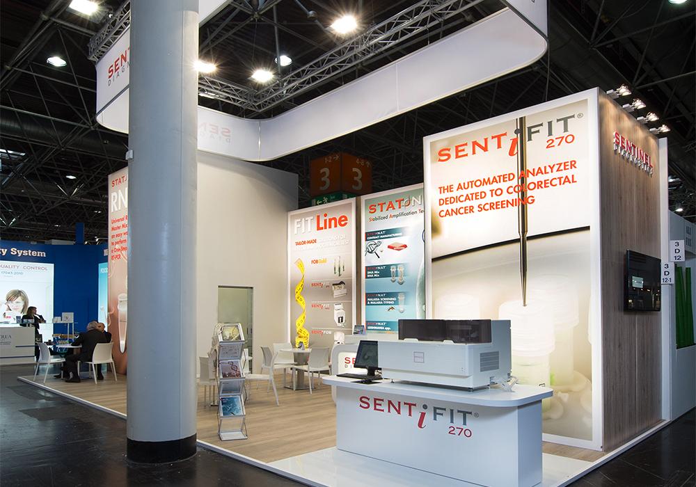 Tessuto stampato e retroilluminato a led nello stand Sentinel Diagnostic alla fiera Medica 2014 di Düsseldorf