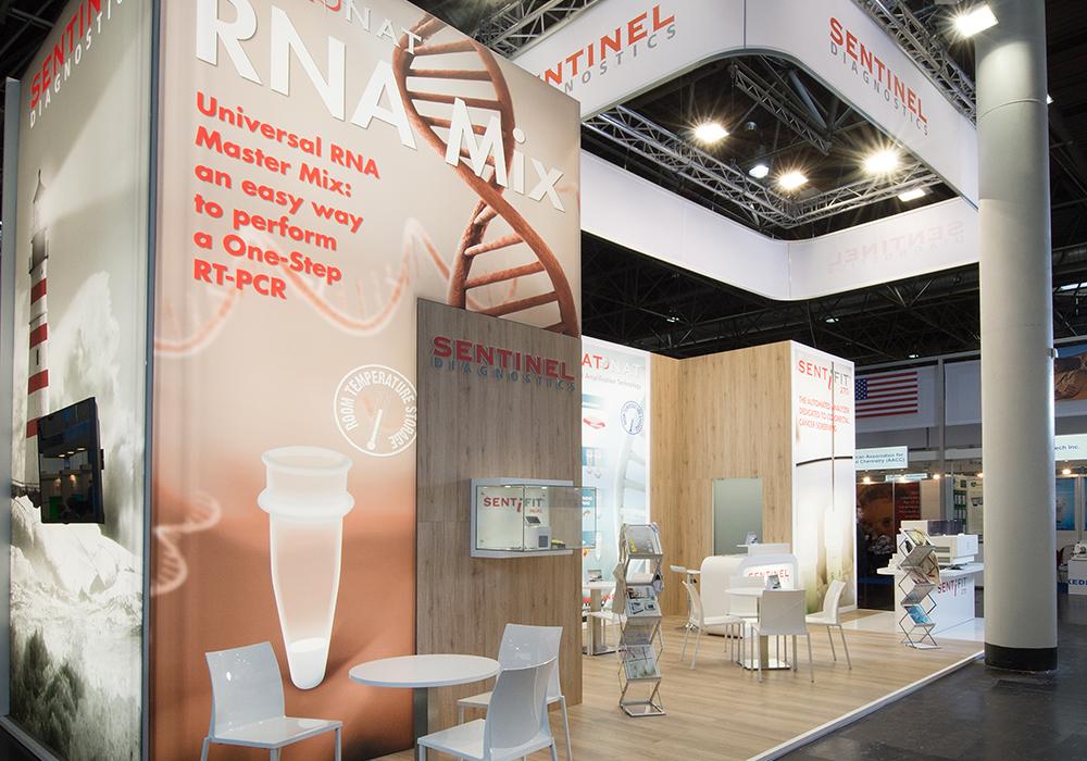Tessuto pubblicitario stampato e retroilluminato nello stand Sentinel Diagnostic alla fiera Medica 2014 di Düsseldorf