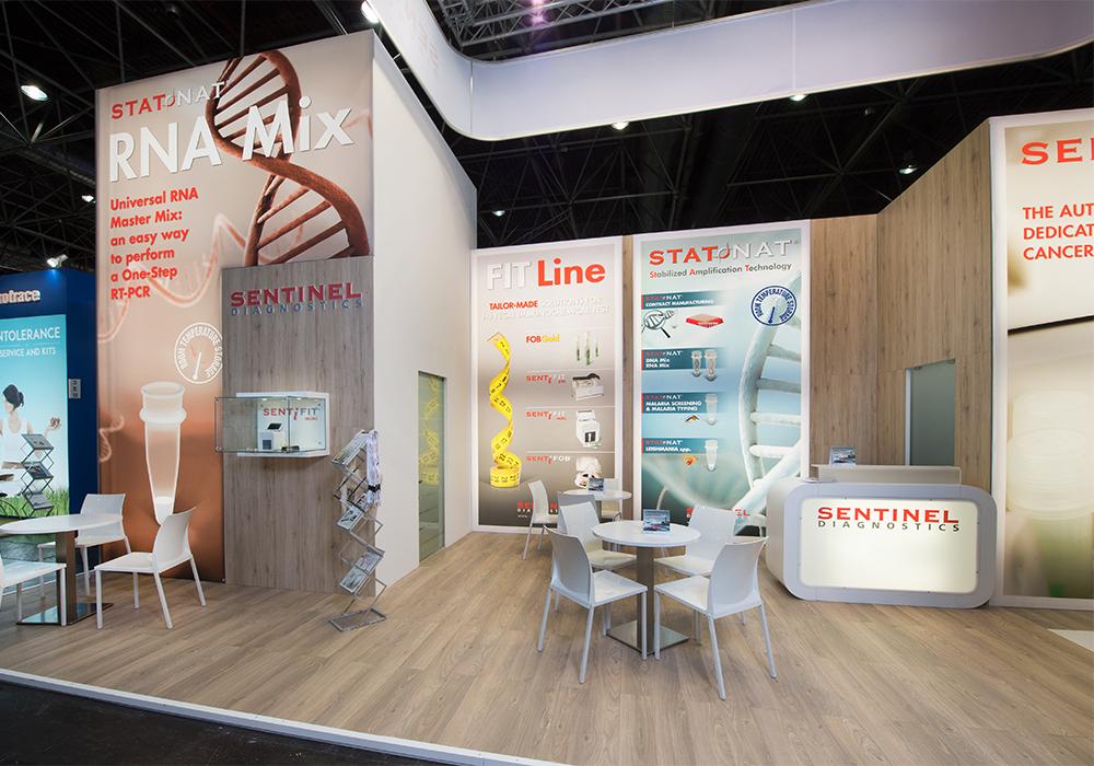 Vista dello stand Sentinel Diagnostic dal corridoio del padiglione della fiera Medica 2014 di Düsseldorf