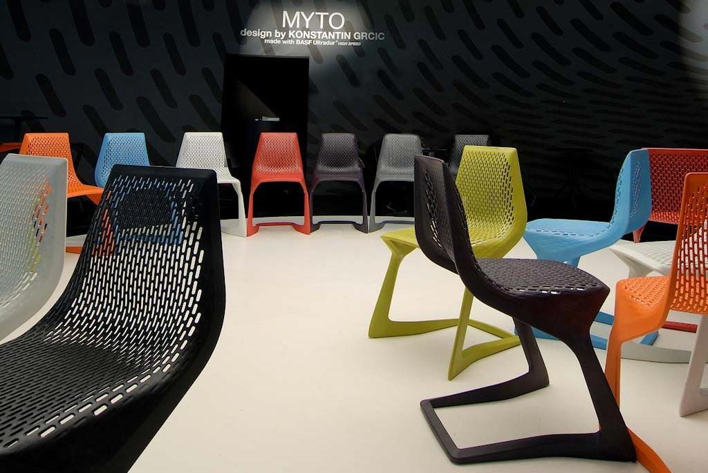 Sedie illuminate nello stand Plank allestito per il salone del mobile 2008 di Milano