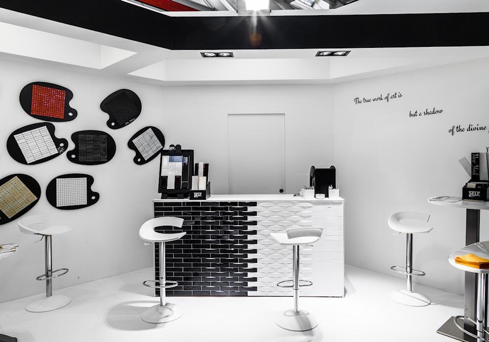 Bancone per l'accoglienza nello stand Self al salone Cersaie 2014 di BolognaFiere
