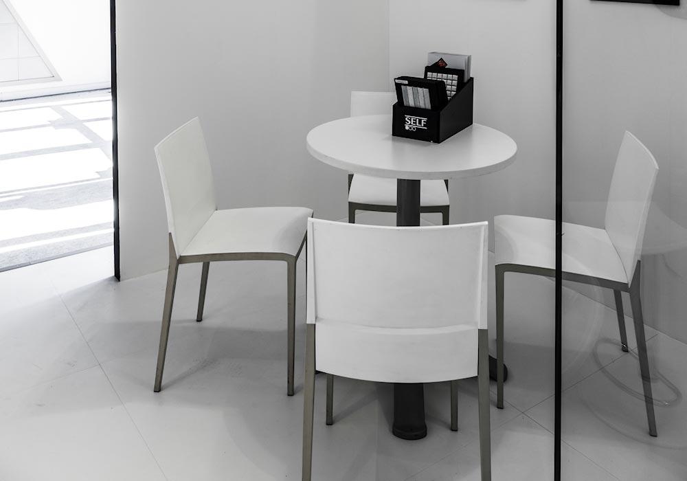 Tavolino con sedie nello stand Self al salone Cersaie 2014 di BolognaFiere