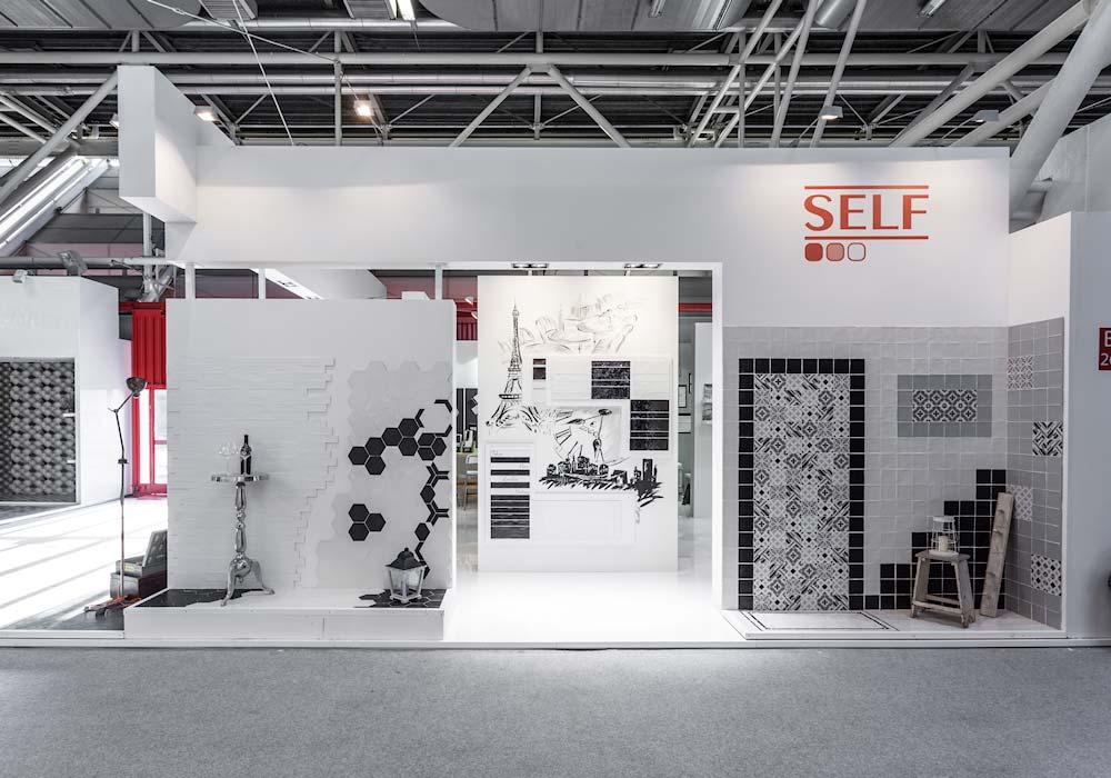 Vista dello stand Self dal corridoio del padiglione del salone Cersaie 2014 di BolognaFiere