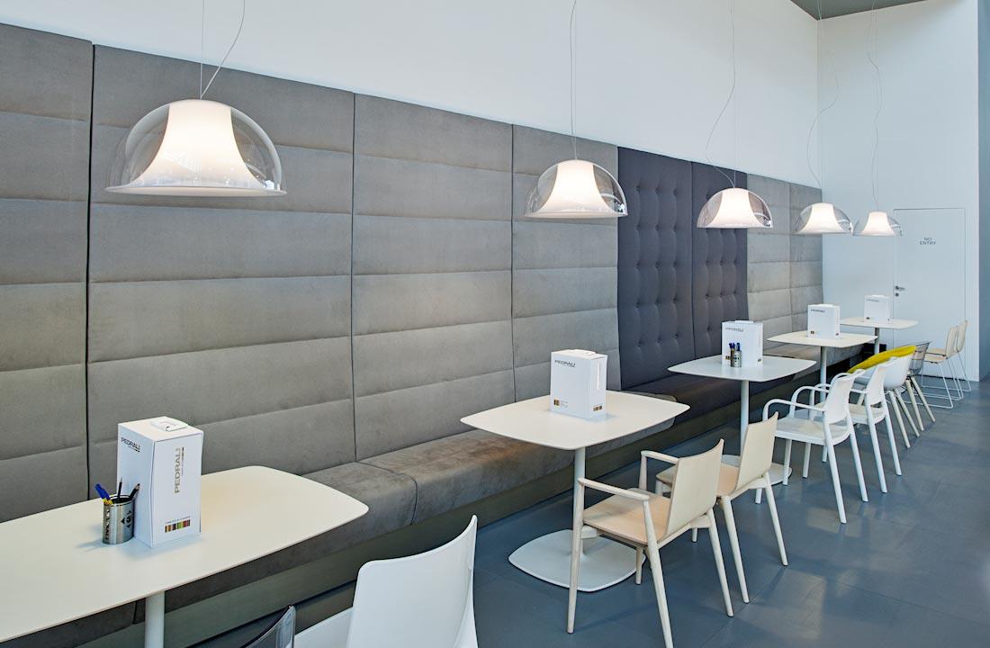 Postazioni con lampadari, sedi ee tavolini nello stand Pedrali, allestito per il Salone Internazionale Gelateria Pasticceria e Panificazione Artigianali SIGEP 2014 alla fiera di Rimini