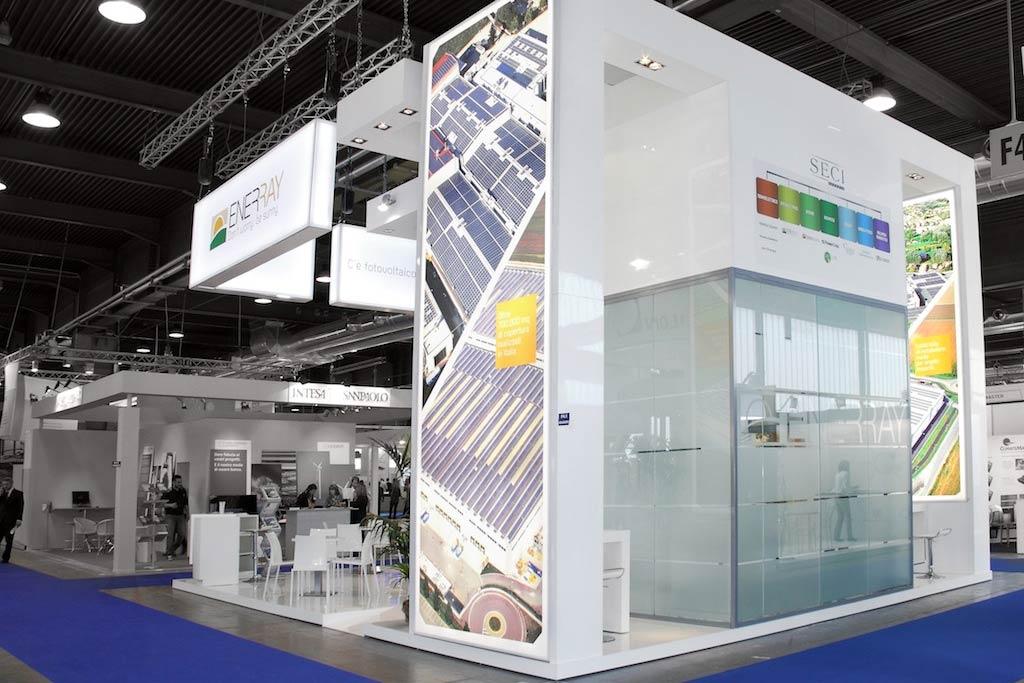 Saletta privata in vetro nello stand Enerray allestito per la mostra convegno internazionale Solarexpo 2012 alla fiera di Verona