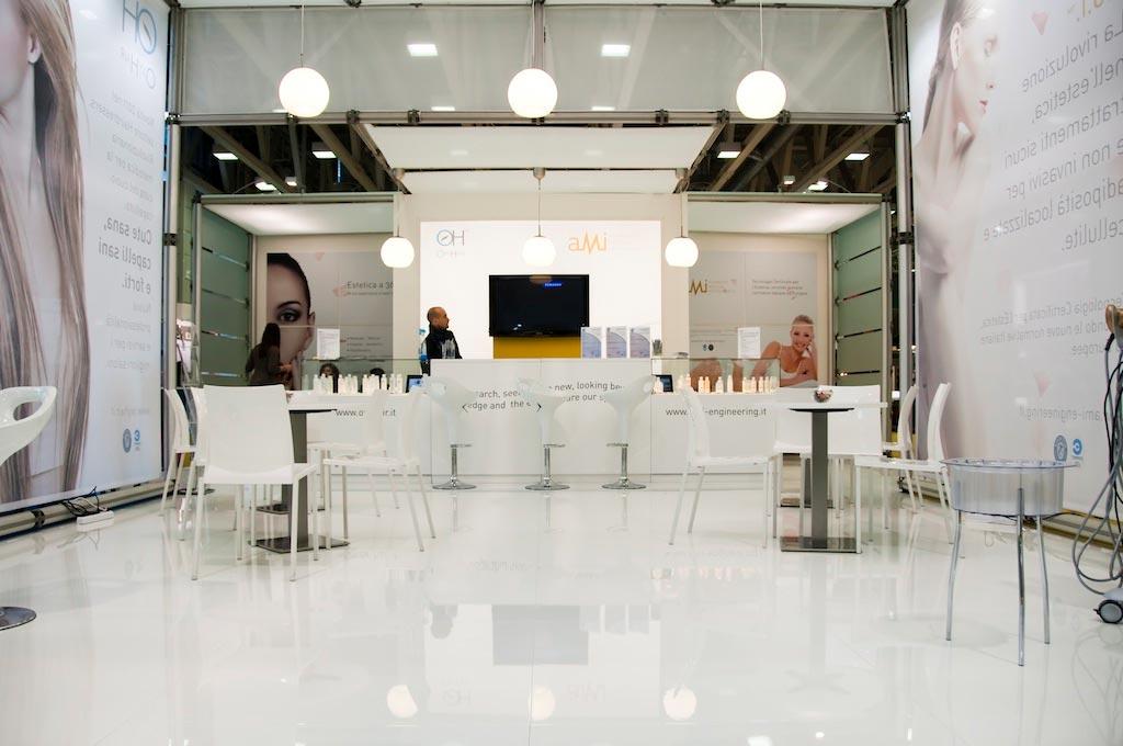 Bancone accoglienza visitatori nello stand AMI, allestito per l'evento internazionale nel settore della bellezza professionale Cosmoprof 2011 alla fiera di Bologna
