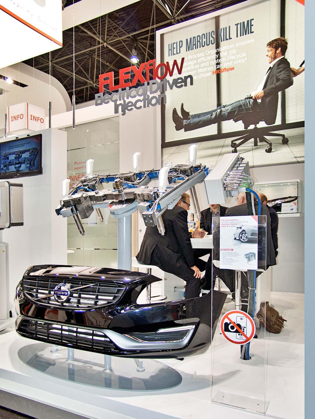 Frontale di una Volvo nello stand HRSflow allestito in occasione della fiera internazionale K 2013 al quartiere fieristico di Düsseldorf