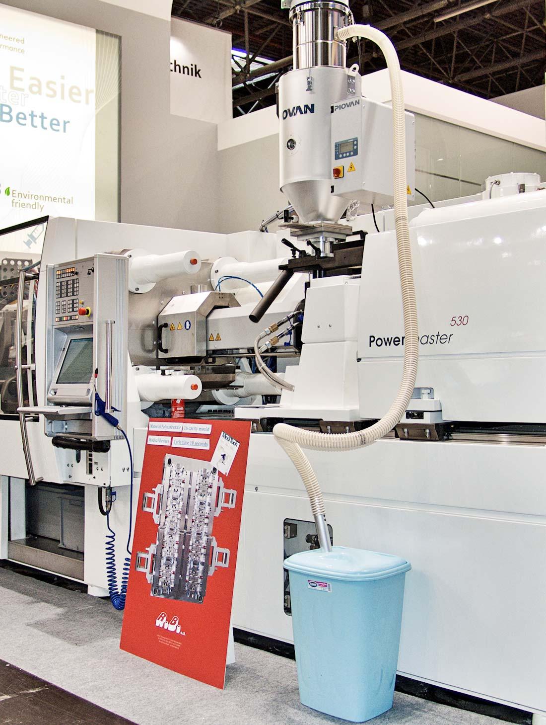 Macchinario in esposizione nello stand HRSflow allestito in occasione della fiera internazionale K 2013 al quartiere fieristico di Düsseldorf
