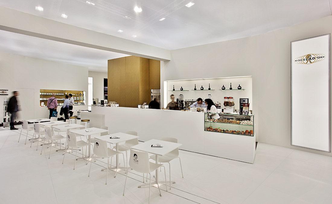 Bancone e tavolini nello stand Miscela d'Oro allestito in occasione della fiera Host 2013 nel quartiere fieristico di Milano
