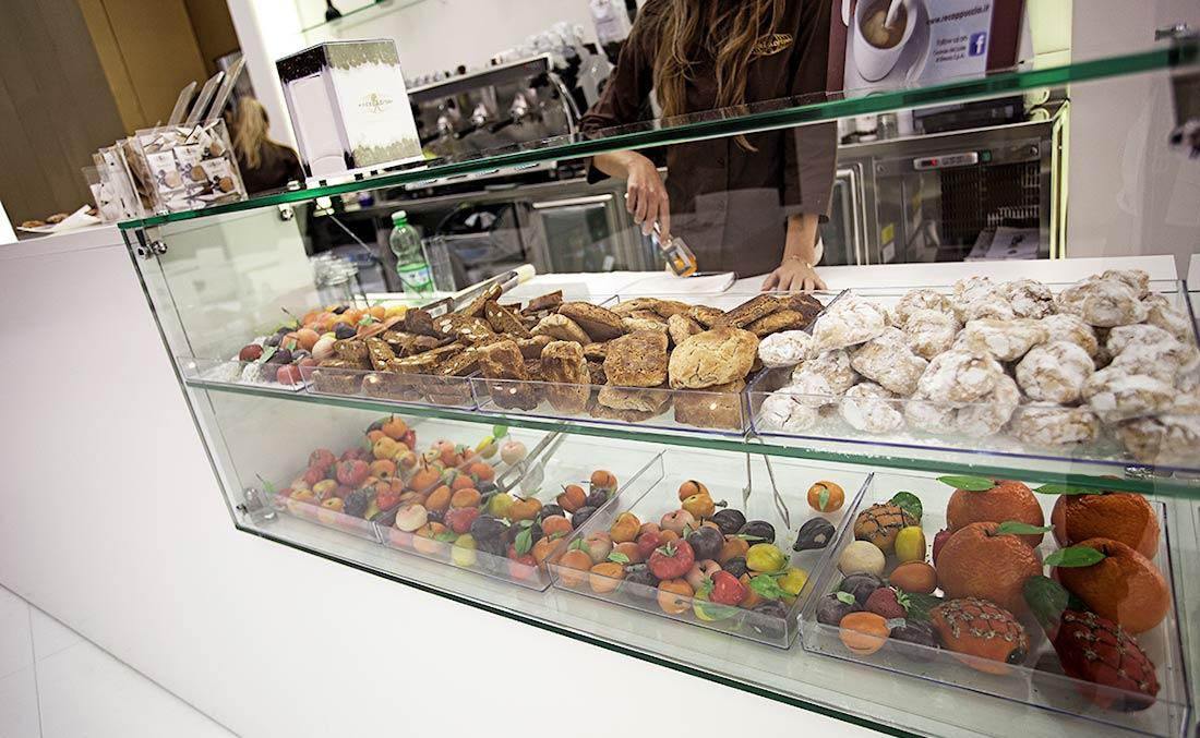 Dolci in esposizione al bancone nello stand Miscela d'Oro allestito in occasione della fiera Host 2013 nel quartiere fieristico di Milano