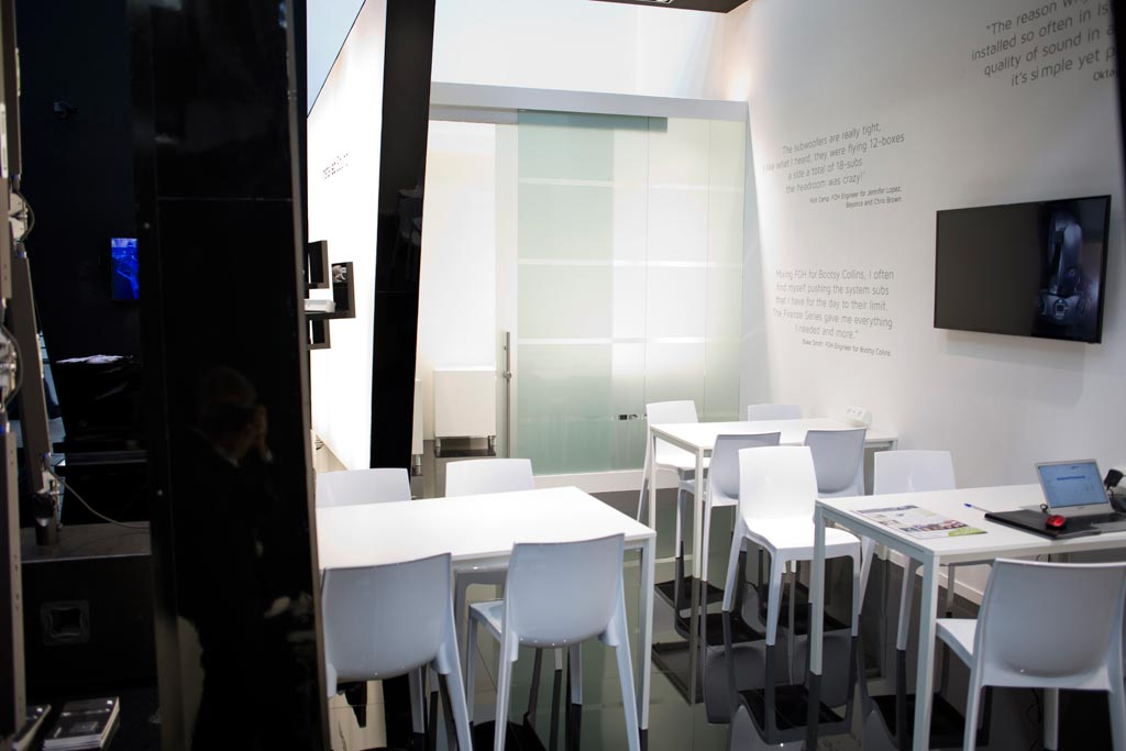 Tavolini e sedie nello stand K-array allestito in occasione della fiera internazionale Prolight+Sound 2015 al quartiere fieristico di Francoforte