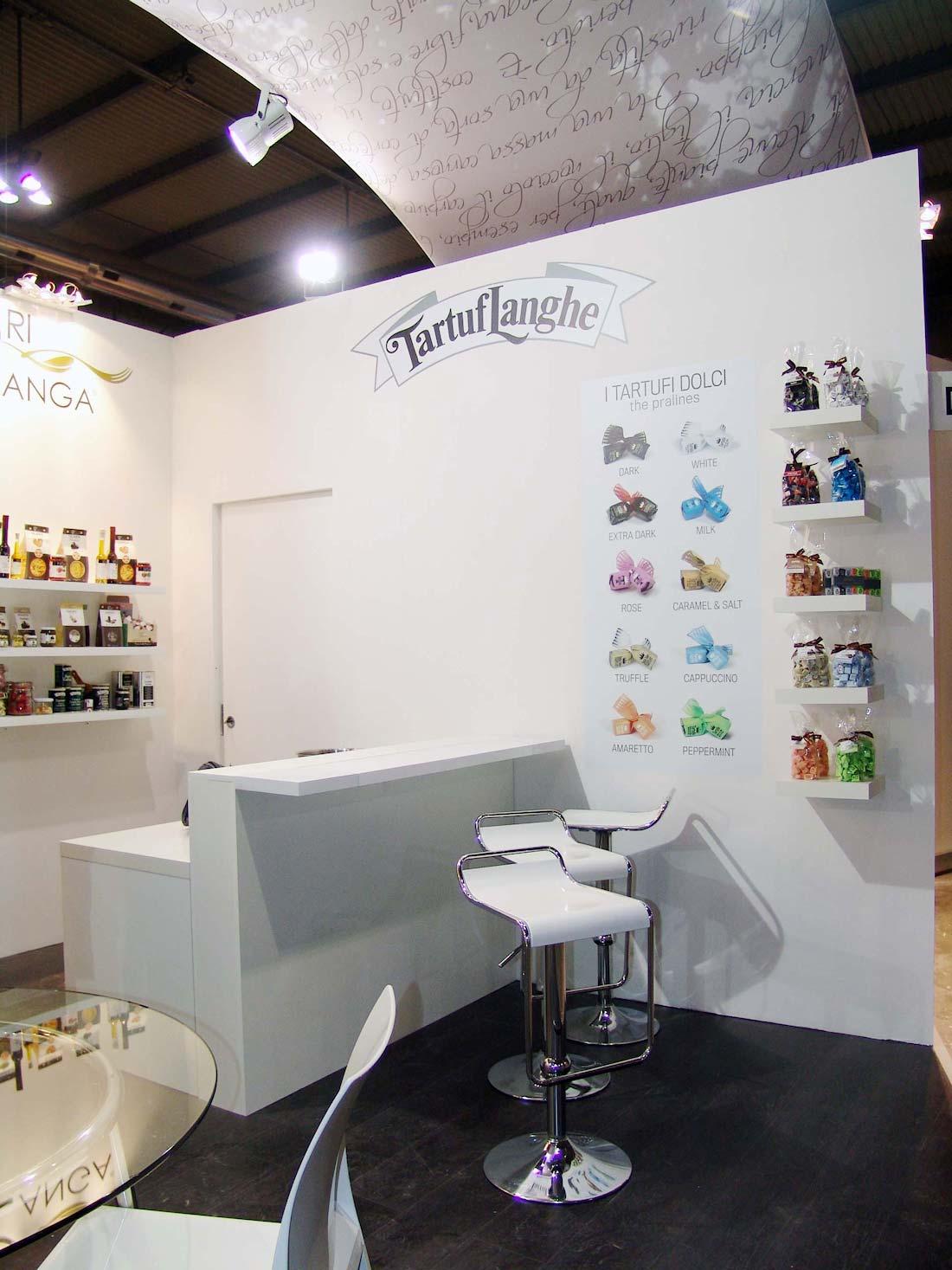 Banco e sgabelli nello stand Tartuflanghe allestito in occasione dell'esposizione internazionale Tuttofood 2013 al quartiere fieristico di Milano
