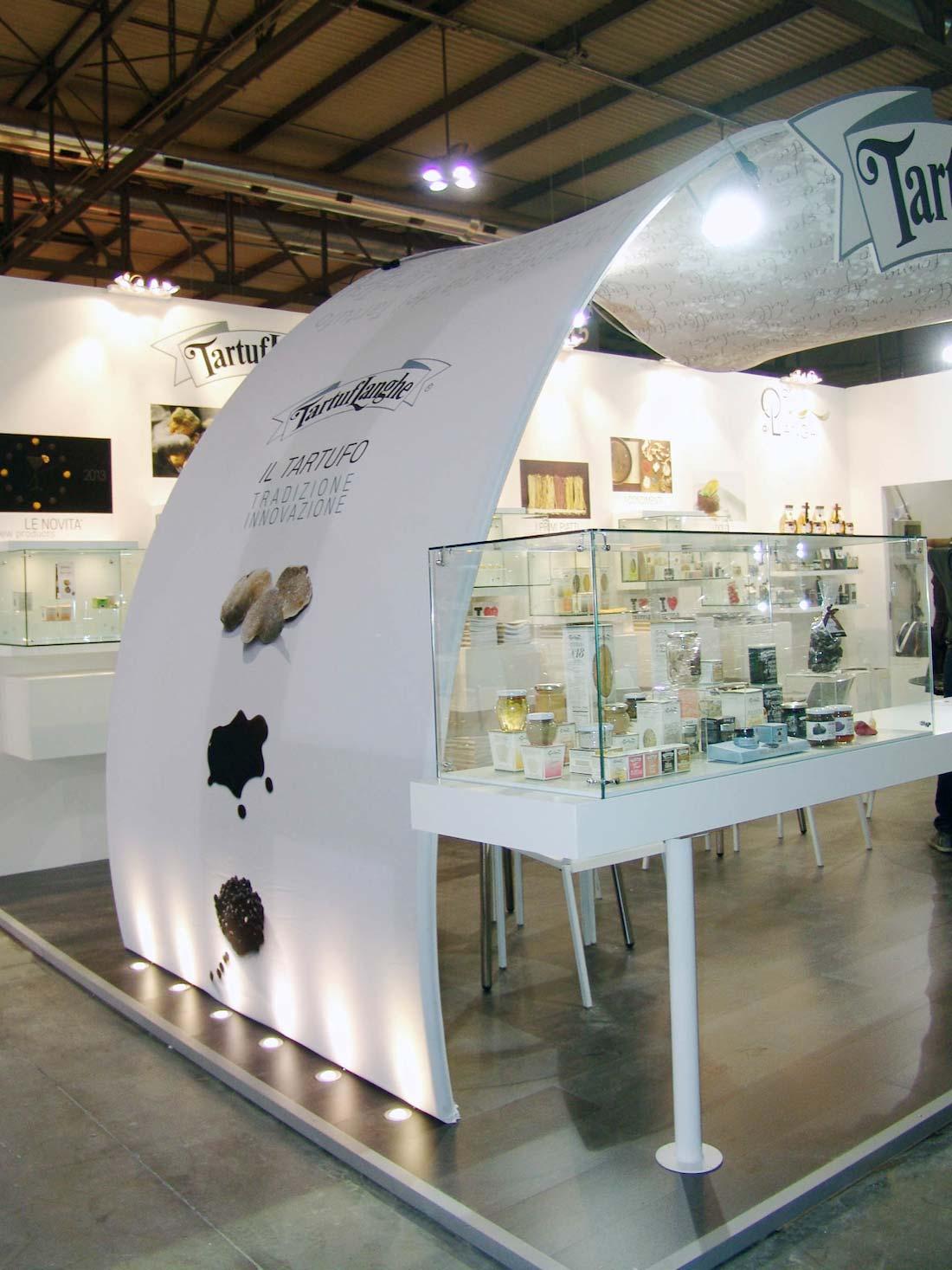 Struttura in tessuto nello stand Tartuflanghe allestito in occasione dell'esposizione internazionale Tuttofood 2013 al quartiere fieristico di Milano