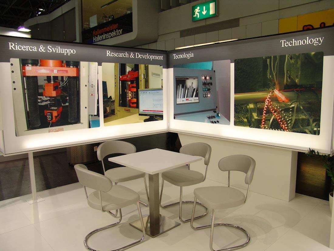 Tavolino e sedie nello stand Profilmec allestito in occasione della fiera internazionale Wire&Tube al quartiere fieristico di Düsseldorf