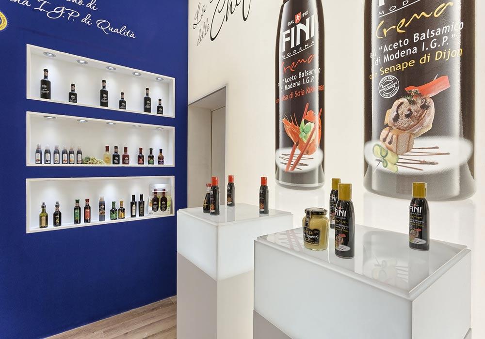 Espositori per prodotti nello stand Acetaia Fini progettato per il Salone internazionale dell'alimentazione CIBUS tenutosi alle fiere di Parma.