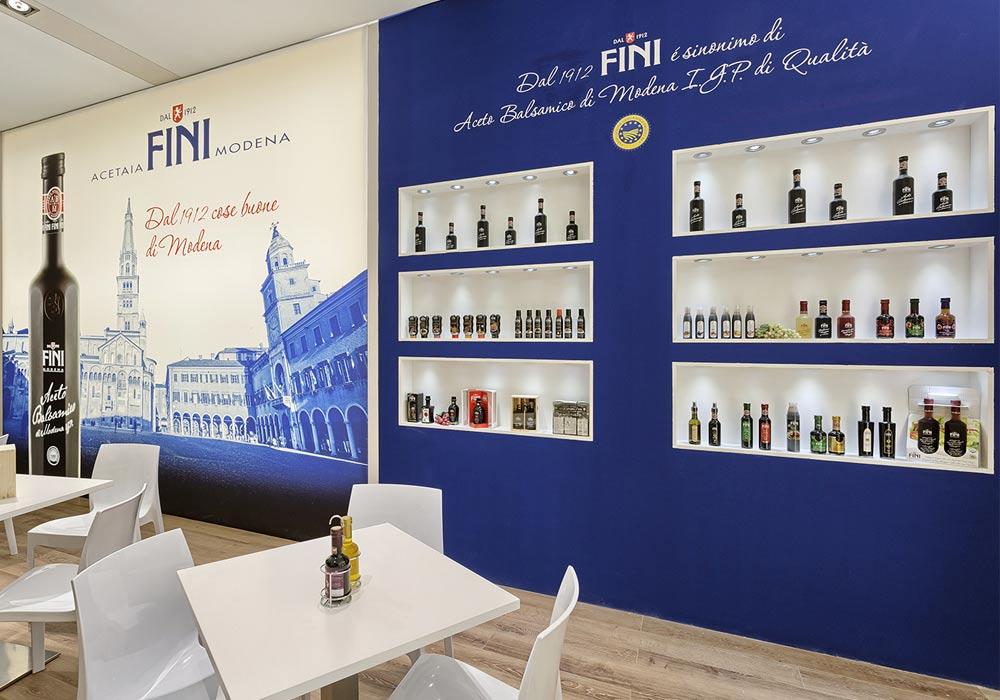 Illuminazione dei prodotti nello stand Acetaia Fini allestito per il Salone internazionale dell'alimentazione CIBUS tenutosi alle fiere di Parma.