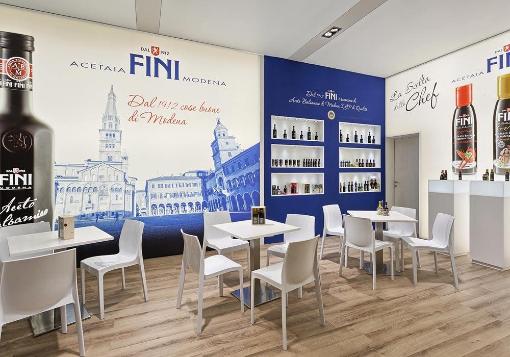 Tavoli e sedie bianchi nello stand Acetaia Fini allestito per il Salone internazionale dell'alimentazione CIBUS tenutosi alle fiere di Parma.