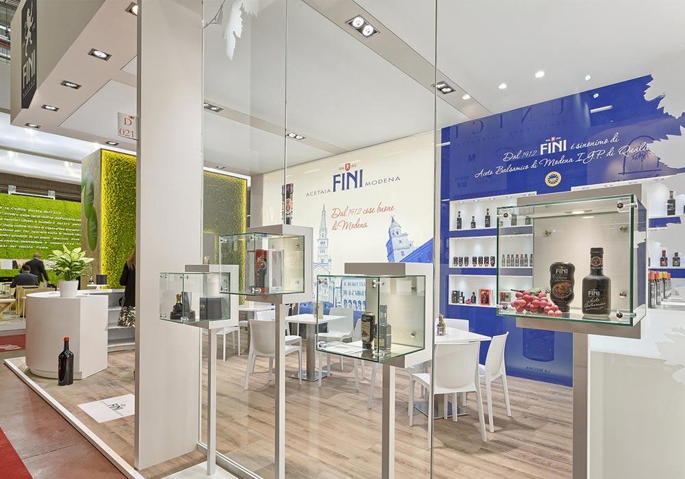 Parete a vetri nello stand Acetaia Fini allestito per il Salone internazionale dell'alimentazione CIBUS tenutosi alle fiere di Parma.