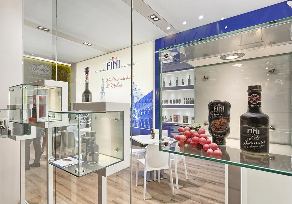 Vetrinette per esposizione prodotti nello stand Acetaia Fini allestito per il Salone internazionale dell'alimentazione CIBUS tenutosi alle fiere di Parma.