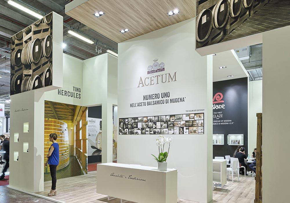 Punto accoglienza visitatori allo stand Acetum allestito per il salone internazionale dell'alimentazione CIBUS che si tiene alla fiera di Parma.