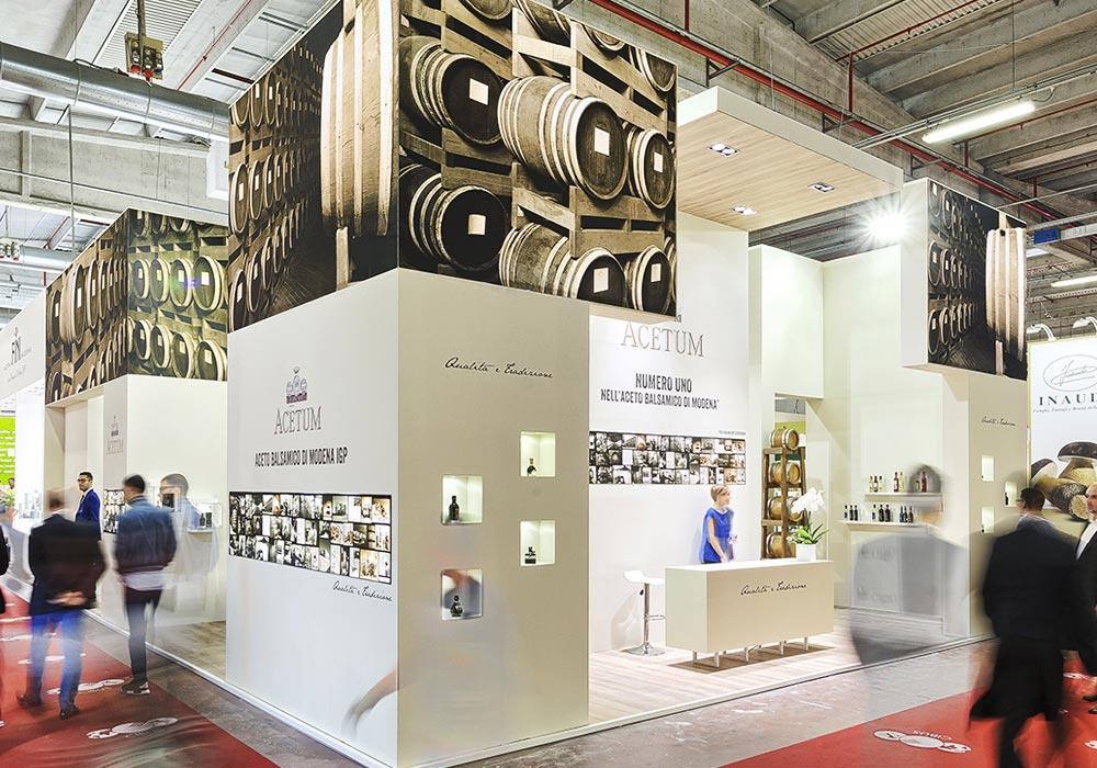 Colonna angolare con stampe nello stand Acetum allestito per il salone internazionale dell'alimentazione CIBUS che si tiene alla fiera di Parma.